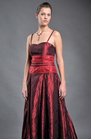 Dlouhé plesové šaty z lesklého taftu s krajkovým zdobením v pase.