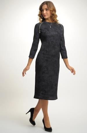 Šaty z žebrové pleteniny