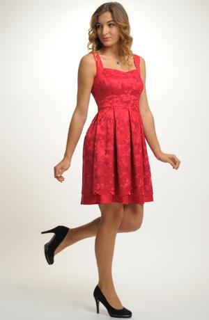 Červené společenské šaty z krajky