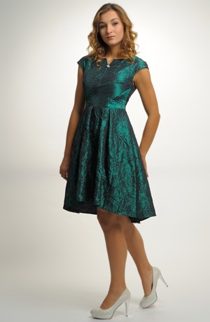Velmi elegantní plesové šaty