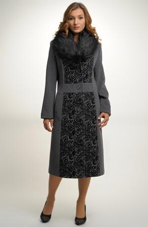 Dámský dlouhý kabát je vyroben z materiálu s poflokovanou úpravou