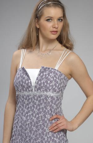 Šaty na ramínka s členěným sedlem s V nástřihem.