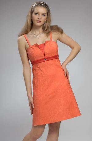 Oranžové minišaty s podložením a se stužkou pod prsy.