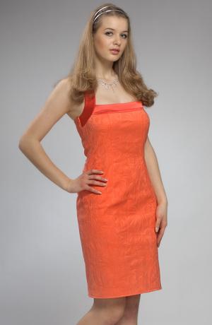 Dívčí šaty s ramínky za krk vhodné pro taneční kurzy.