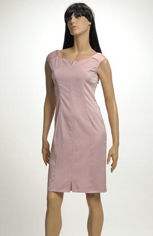 Šaty s plastickým jemným vzorem v pastelové barvě