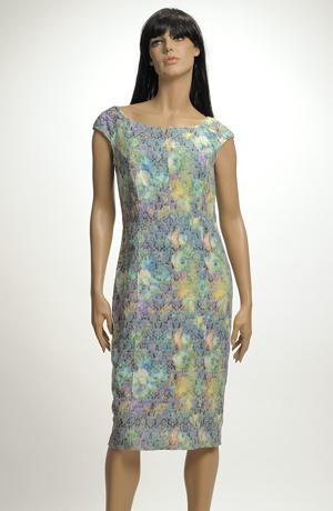 Šaty na léto v jasných zelených barvách pro vysoké plnější ženy