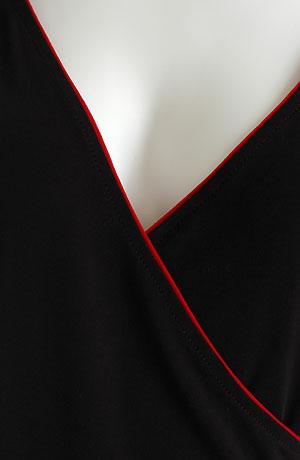 Zavinovací černé minišaty lemované červenou paspulí