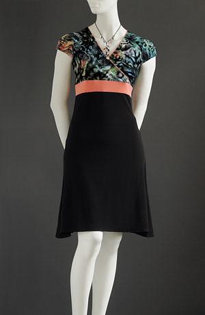 Šaty do sedýlka s barevným pruhem v pase a barevným lemováním sedýlka, rukávky s pufničkami