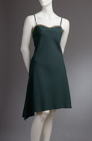 Šikmo střižené ramínkové minišaty s cípkem na sukni.