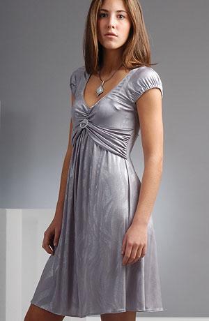 Šaty s bohatým řasením na předním díle a stříbrnou ozdobou u výstřihu v aktuální šedostříbrné barvě