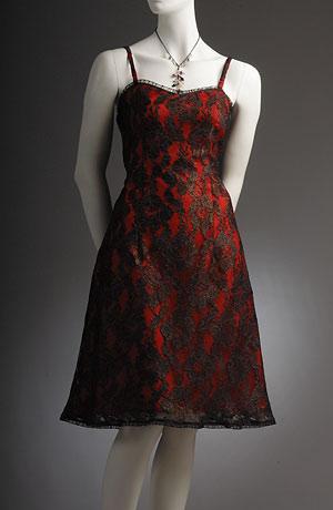 koktejlové krajkové šaty na ramínka s rozšířenou sukní.