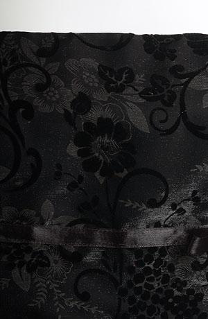 Elegantní společenské minišaty na ramínka. Prodloužený korzetový živůtek je zdobený stuhou, kolová sukně je lemovaná skládaným tylem a stuhou.