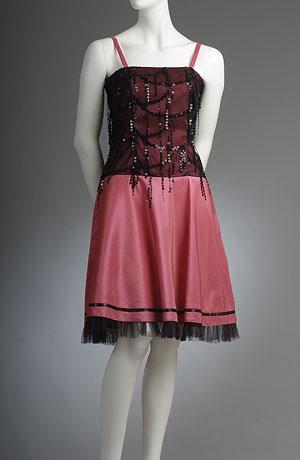 Společenské šaty s korzetovým živůtkem s flitrovými žížalkami.