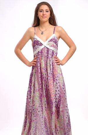 Dlouhé letní šaty ze šifónu mají bohaté řasení pod sedlem.