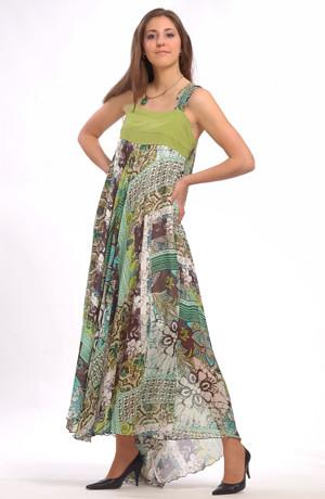 Módní dlouhé letní šaty ze vzorovaného šifónu do sedla mají bohatou kolovou sukni vzadu s vlečkou.