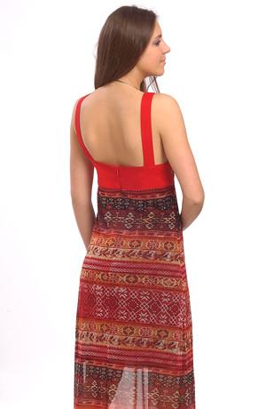 Dlouhé letní šaty mají módní africký vzor.