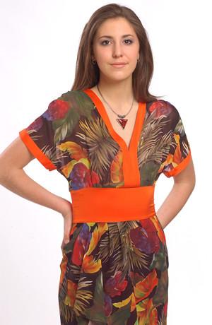 Letní šaty s výrazným tropickým vzorem