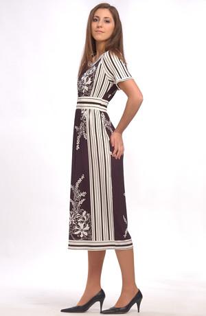Šaty s šátkovým vzorem mají raglánové rukávy s gumou.