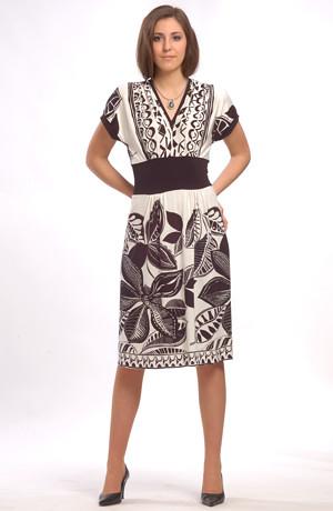Šaty na léto s velkým vzorem mají netopýří rukávy.