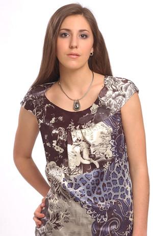 Tunikové šaty jsou vhodné i ke kalhotům.Mají raglánové půlkolové sedlo.Elastický satén v módním vzoru.