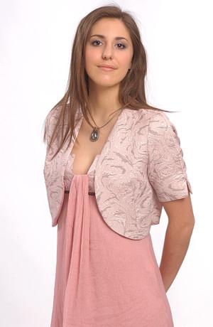 Šaty v empírovém střihu, malé sedýlko s řasením ve výstřihu.