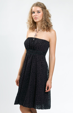 Černé elegantní šaty s balonovou sukní ke kolenům.