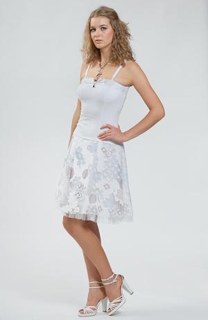 Dívčí šaty se sukýnkou jak pro baletky mají elastické tělo a sukýnku z transparentního materiálu podloženou světle modrou podšívkou.Sukýnka působí, že je nadýchaná.Je to dáno krešovaným materiálem a podšívkou s našitým tylový