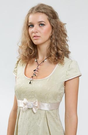 Empírové šaty ze zajímavého materiálu s plastickým vzorem.