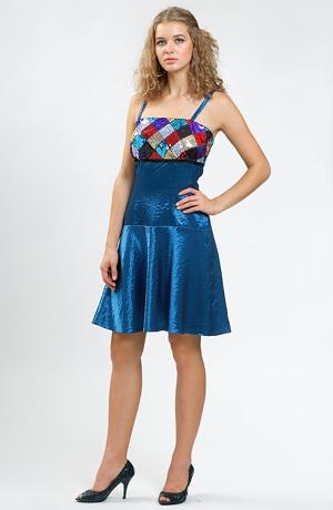 Dívčí plesové šaty mají kolovou sukýnku, která se pěkně vlní.