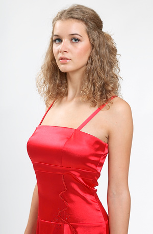Dlouhé červené plesové šaty zdobené flitrový hadem.