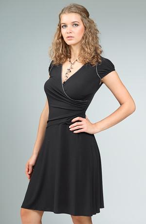 Elegantní černé zavinovací šaty z elastické pleteniny.