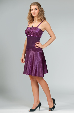 Šaty na ples s krajkovým sedlem.