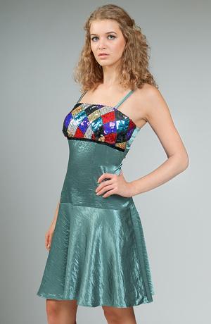 Krátké šaty s barevným zdobeným sedlem.