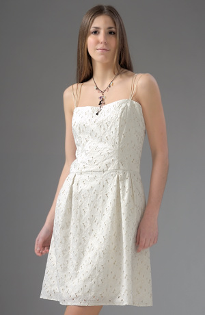 Krátké ramínkové svatební šaty z vyšívané madeiry.