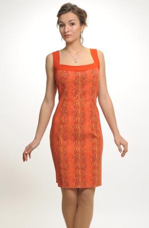 Pouzdrové šaty z velmi elastické tkaniny se strukturou hadí kůže