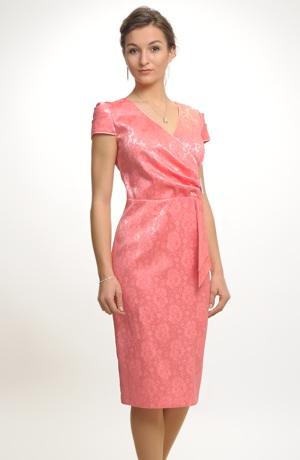 Společenské šaty pouzdrového střihu zdobené bohatým řasením, vel. 38