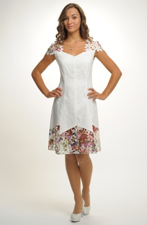 Krátké smetanové šaty s aplikací krajky na sukni i na zádech