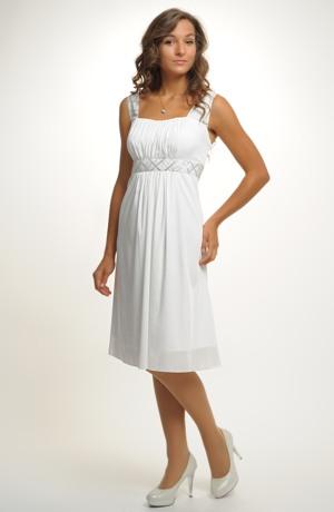 Krátké šifonové šaty řasené v římském stylu na širší ramínka.