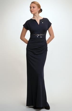 Elegantní elastické plesové šaty s řasením