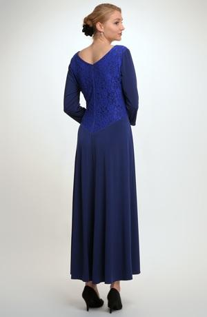 Plesové šaty s řasením na předním dílu vhodné pro plnoštíhlé