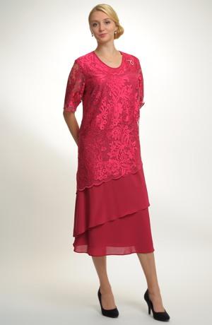 Společenské šaty pro plnoštíhlé postavy vhodné na svatbu.