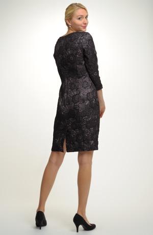 Společenské krátké pouzdrové šaty pro plnější postavy
