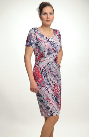 Krátké šaty se sedlem na bok