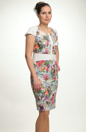 Luxusní kostýmek pro svatebmí matky s elegantním potiskem květů