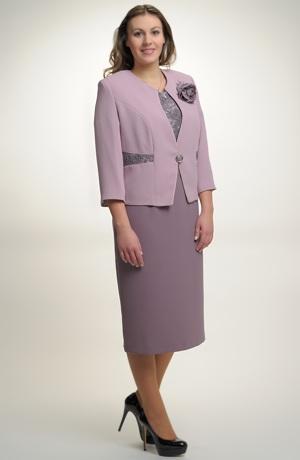 Elegantní dámský kostýmek pro plnější postavy.