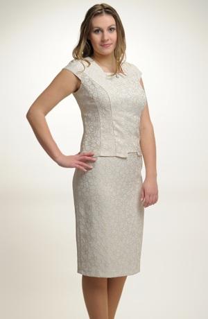 Excluzivní dámský kostým pro společenské příležitosti.