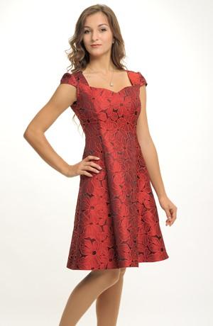 Květované společenské šaty s bohatou sukni