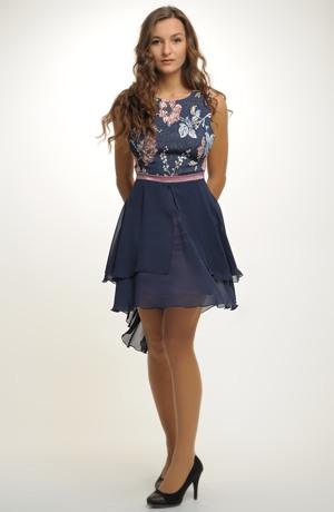 Mladistvé krátké šaty vhodné na ples i do tanečních.