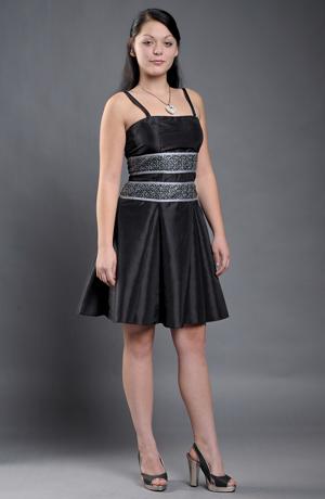 Dívčí černé šaty s vysokým stříbrným pasem