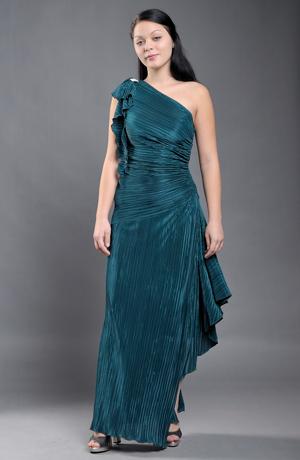Dlouhé elastické dámské společenské šaty na jedno rameno z luxusní plisé pleteniny.